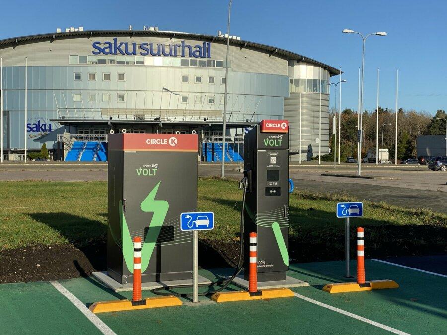 В Хааберсти открыли первую в Эстонии сверхбыструю зарядную станцию, на которой можно заряжать два электромобиля одновременно. Pressifoto.